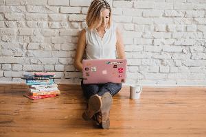 kobieta pisze artykuł